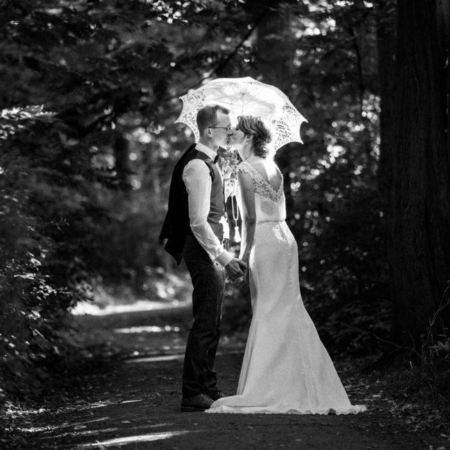 Hochzeit, Kuss, black and white, schwarz, weiß, wedding, umbrella, schirm, spitze, authentisch